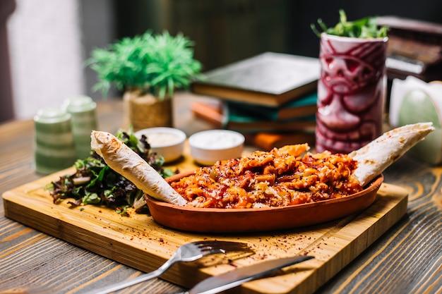 シーフードファヒータえび野菜チーズラバッシュグリーンサラダサワークリームサイドビュー
