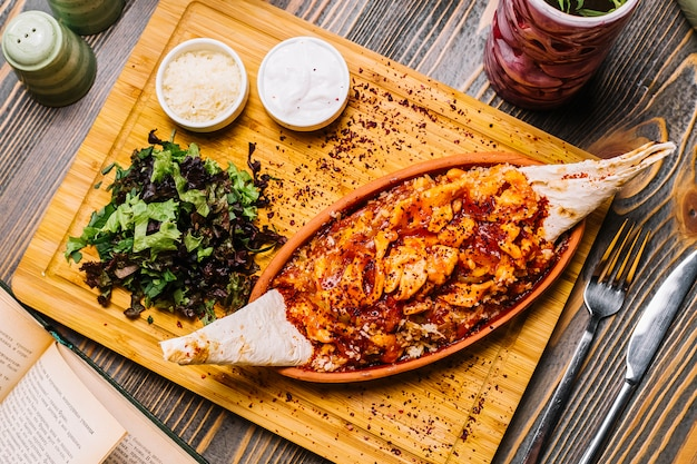 シーフードファヒータエビ野菜チーズラバッシュグリーンサラダサワークリームトップビュー