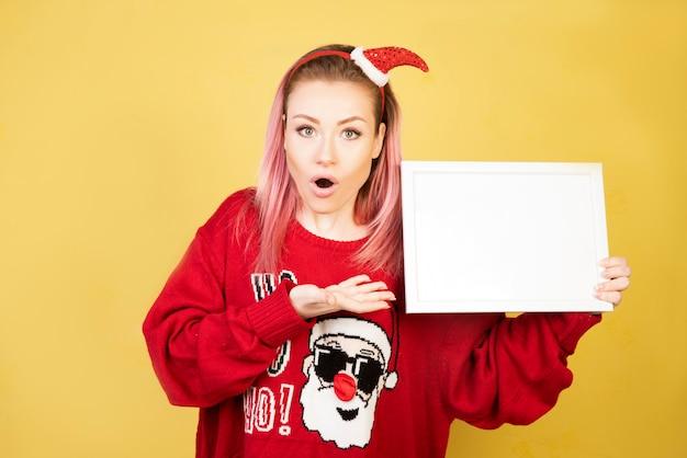 Шокирующая девушка с бумагой в руках