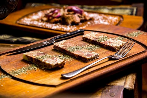 木の板の肉乾燥ミントの側面図