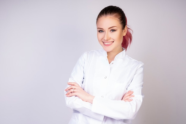 白い医者の制服を着た笑顔の女の子