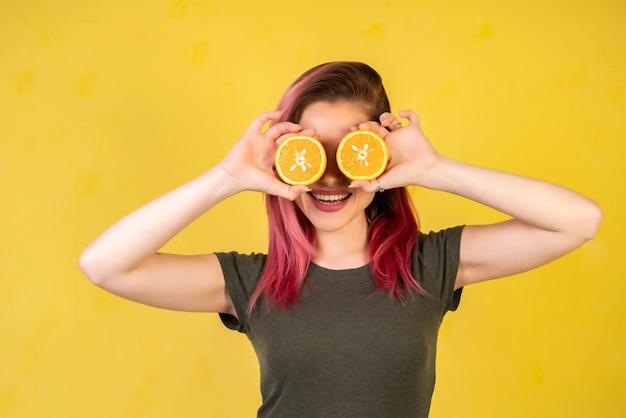 Улыбающаяся девушка с дольками апельсина