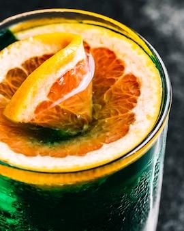 グレープフルーツの側面図とアルコールカクテル