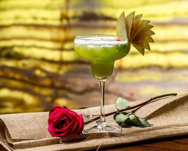 Яблочный коктейль с видом мятной розы