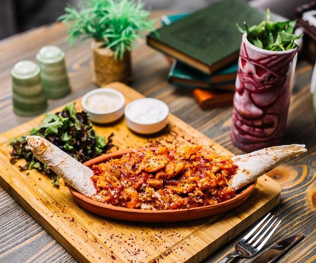 シーフードファヒータエビ野菜チーズラバッシュグリーンサラダサワークリームの側面図