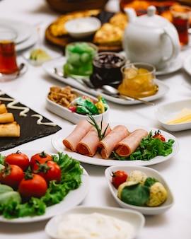 テーブルの上の新鮮なハーブ野菜とソースを添えてハムの側面図
