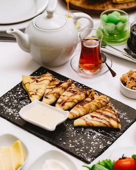 Блинчики с шоколадным соусом сгущенное молоко сахарная пудра чай в армуды