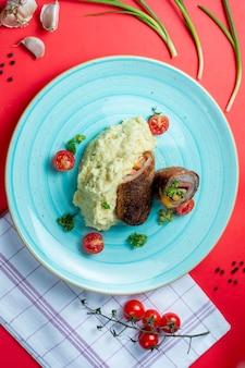 Картофельное пюре и мясные рулеты