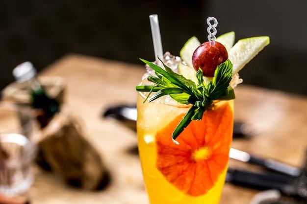 Апельсиновый коктейль с эстрагоном, виноград, мята, яблоко, вид сбоку