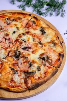 余分なチーズとキノコのピザ