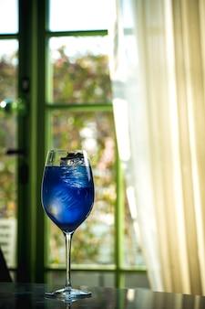 たくさんの氷が入った青い飲み物