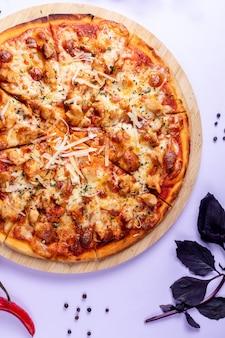 余分なチーズとバジルをトッピングしたピザ