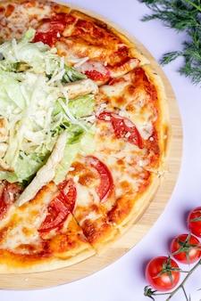 追加のチーズと緑のピザ