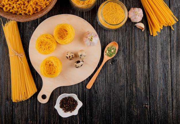 Итальянская паста спагетти тальолини лингвини фаллини яйца перец вид сверху копией пространства