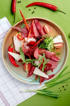 サラミと赤唐辛子とトマトのサラダ