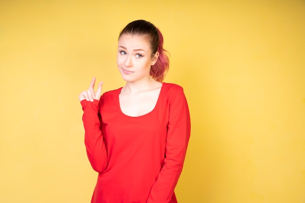 Думая девушка кораллового цвета блузка
