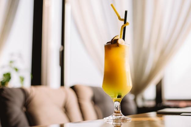 Боковой освежающий коктейль с кусочком банана