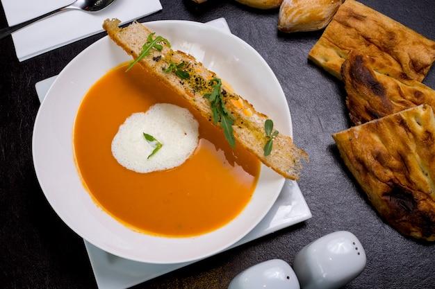 牛乳の泡パンクラッカーアラゴン上面とカボチャのスープ
