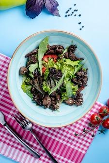 肉のスライスと野菜のサラダ