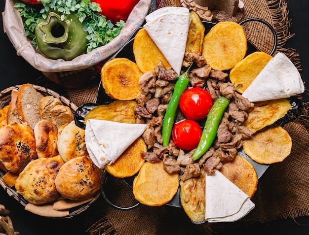 Вид сверху традиционное азербайджанское блюдо мясной шалфей с лавашом, картофелем, помидорами и зеленым перцем