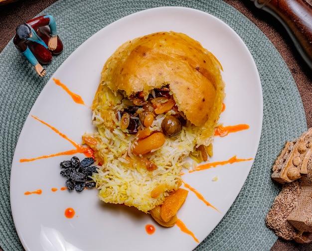 Вид сверху традиционное азербайджанское блюдо шах плов с курагой и изюмом