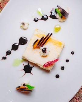 装飾されたリンゴのスライスとトップビューデザートチーズケーキ