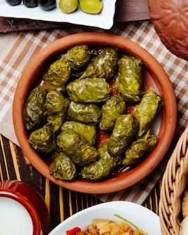 グレープリーフドルマの粘土ボウルミンチ肉ブドウの葉スパイストップビュー