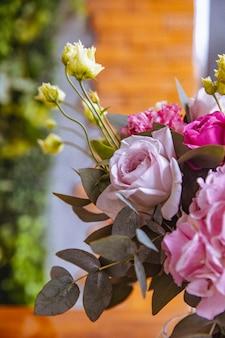 Микс цветочной композиции светло-фиолетовые розы эустомы вид сбоку
