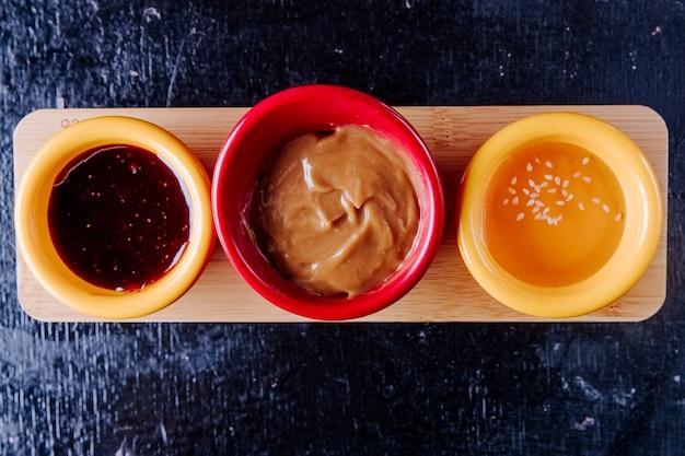 Смешайте соусы клубничный джем сгущенное молоко мед вид сверху