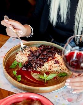 Рис с мясом в красном соусе, мята, вид сбоку
