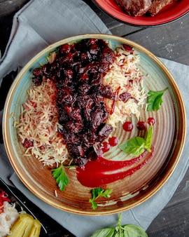 Рис с мясом в томатном соусе, вид сбоку