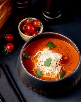 Томатный суп с сыром, вид сбоку
