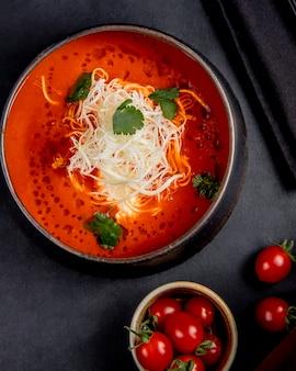 Томатный суп с сыром сверху