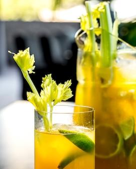 Близкий вид спереди бодрящий лимонад с лимоном лайм и сельдерей