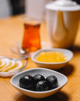 お茶とレモンスライスの正面図ジャムジャム