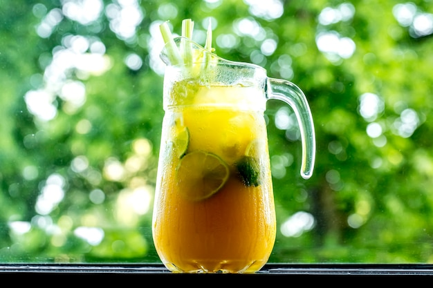 Вид спереди бодрящий лимонад в графин с лимоном лайм апельсин и сельдерей