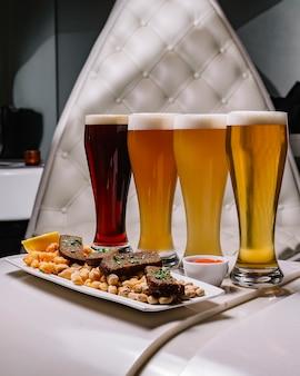 Вид сбоку на сорт пива с закусками