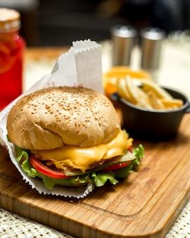 ボード上のサイドビューチーズサンドイッチとフライドポテト