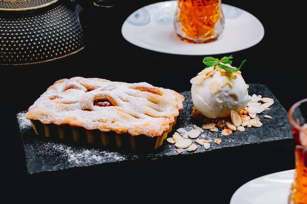 Боковой вид десерт с мороженым и чашкой чая