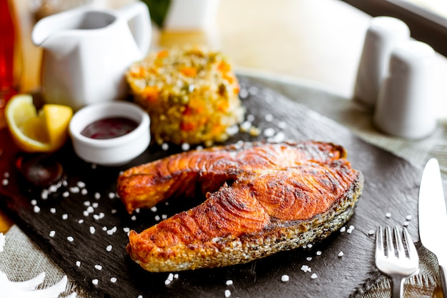 Вид сбоку жареная красная рыба с соусом