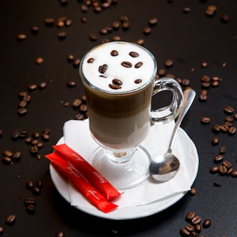 砂糖とサイドビューラテコーヒー