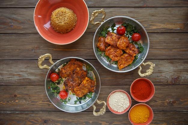 Вид сверху маринованной курицы с тарелкой макарон