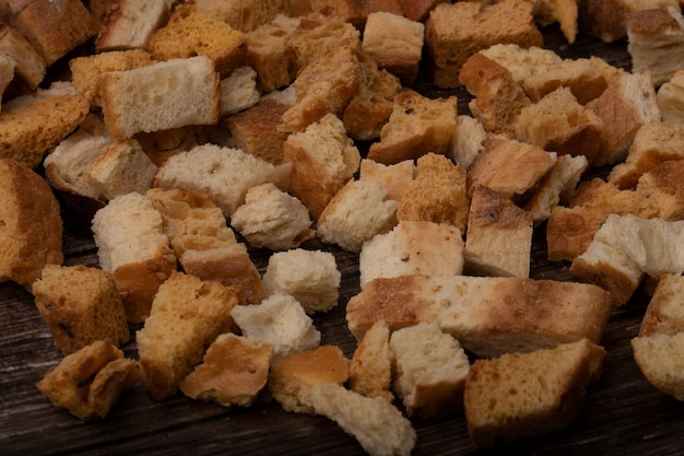 木製の背景上のパンの部分のクローズアップビュー