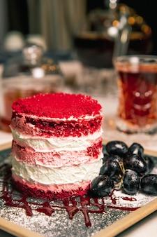 赤いトッピングとブドウのケーキ