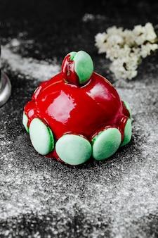 赤いトッピングとマカロンのケーキ
