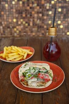 鶏のドナーと野菜とハーブのピタパン