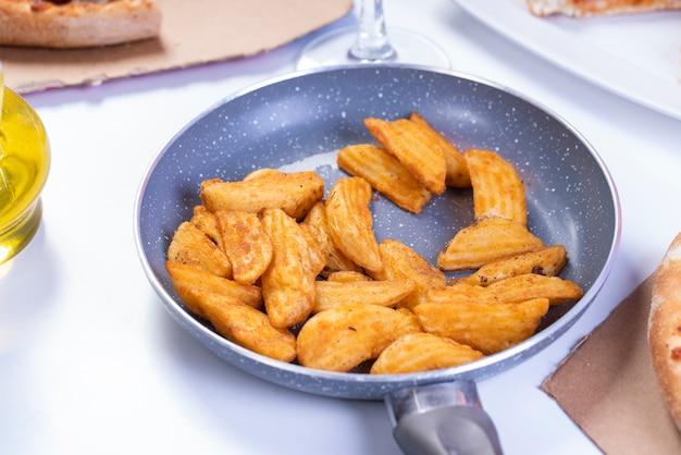 シャキッとした揚げた自家製ジャガイモのパンのおいしいウェッジ