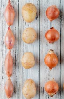 Взгляд сверху картины овощей как лук шалота картошки на деревянной предпосылке