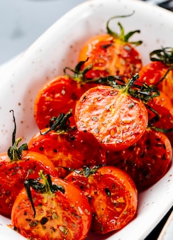 Закрыть вид сбоку вяленые помидоры на тарелке