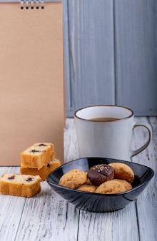 ボウルにクッキーと素朴なお茶の側面図